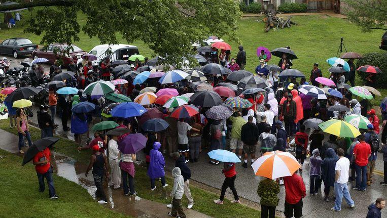 Mensen bidden op de plek waar Michael Brown werd doodgeschoten Beeld afp