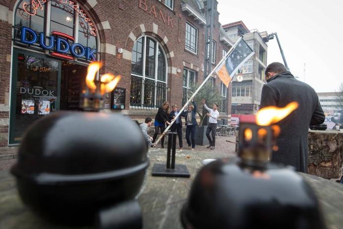 Bij Dudok werd vrijdagmorgen met het hijsen van de speciale vlag het startsein gegeven van Winter Arnhem.