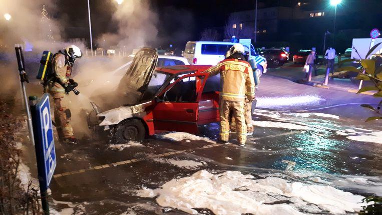 De wagen ging volledig in de vlammen op.