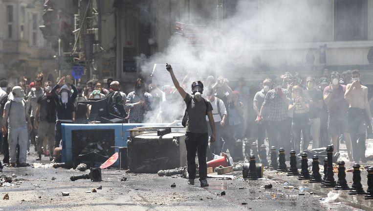 Demonstranten keren zich op het Taksimplein tegen de politie Beeld EPA