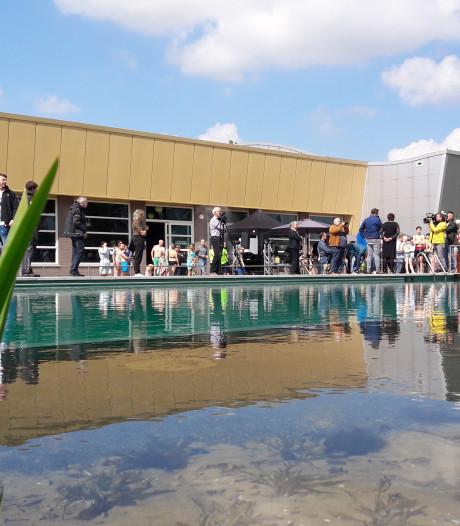 Willem Wever maakt opnamen in zwembad De Peppel in Ede