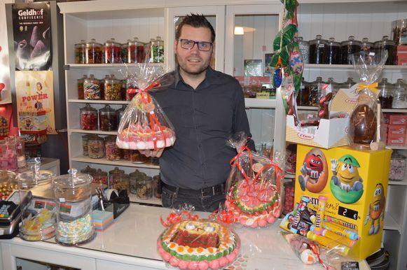 Jeroen Wiggeleer maakt nu al regelmatig kleine snoeptaarten in zijn winkel 't Dorpshuys. .