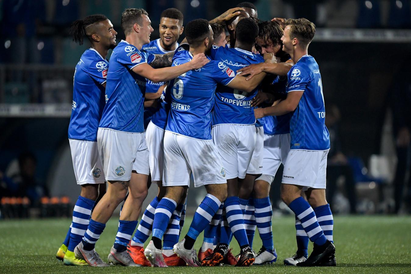 De spelers van Den Bosch vieren een treffer.