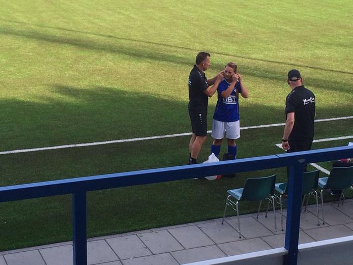 Wendy Haerkens van Woezik moest haar oorbellen nog even intapen aan het begin van de wedstrijd.