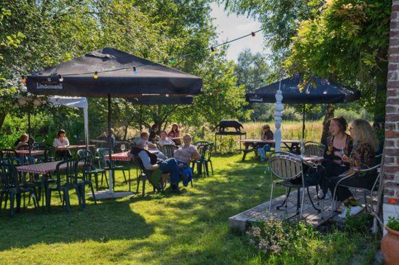 De gezellige tuin van zomerbar De Schuur