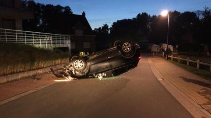 Auto belandt op dak na crash tegen muurtje