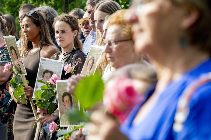 Nabestaanden lopen een stille tocht om aandacht te vragen voor ruim duizend onopgeloste moorden. Veel mensen dragen een foto en de naam van hun geliefde mee.
