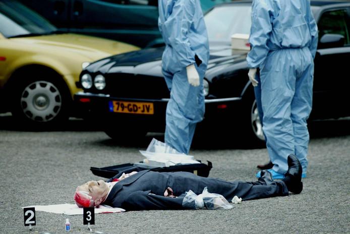 Het ontzielde lichaam van Pim Fortuyn op de parkeerplaats van het Mediapark in Hilversum.