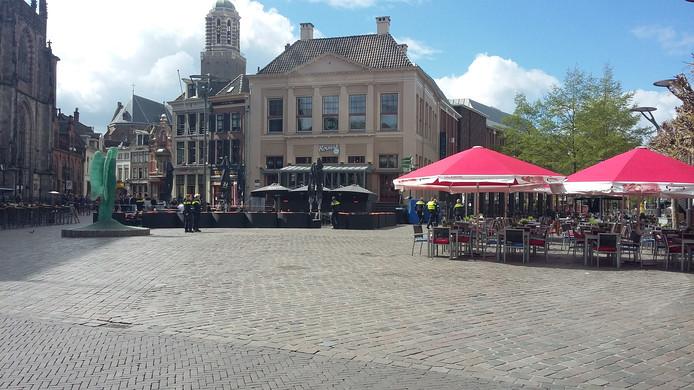 De Melkmarkt in Zwolle is ontruimd door een bommelding bij de McDonalds