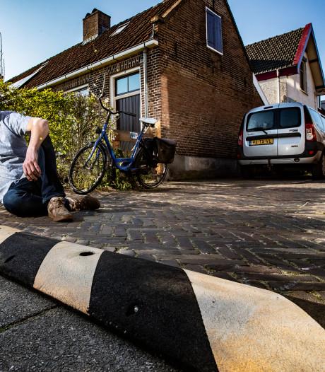 Deventenaar krijgt boete van 240 euro voor zelfgeplaatste drempel voor veilig verkeer in zijn straat