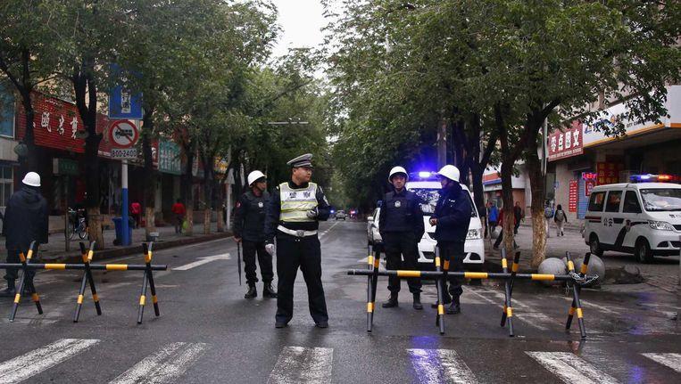 Politie blokkeert een straat in Urumqi.