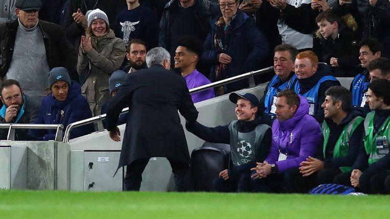 Mourinho bedankte de ballenjongen met een handshake en een knuffel.