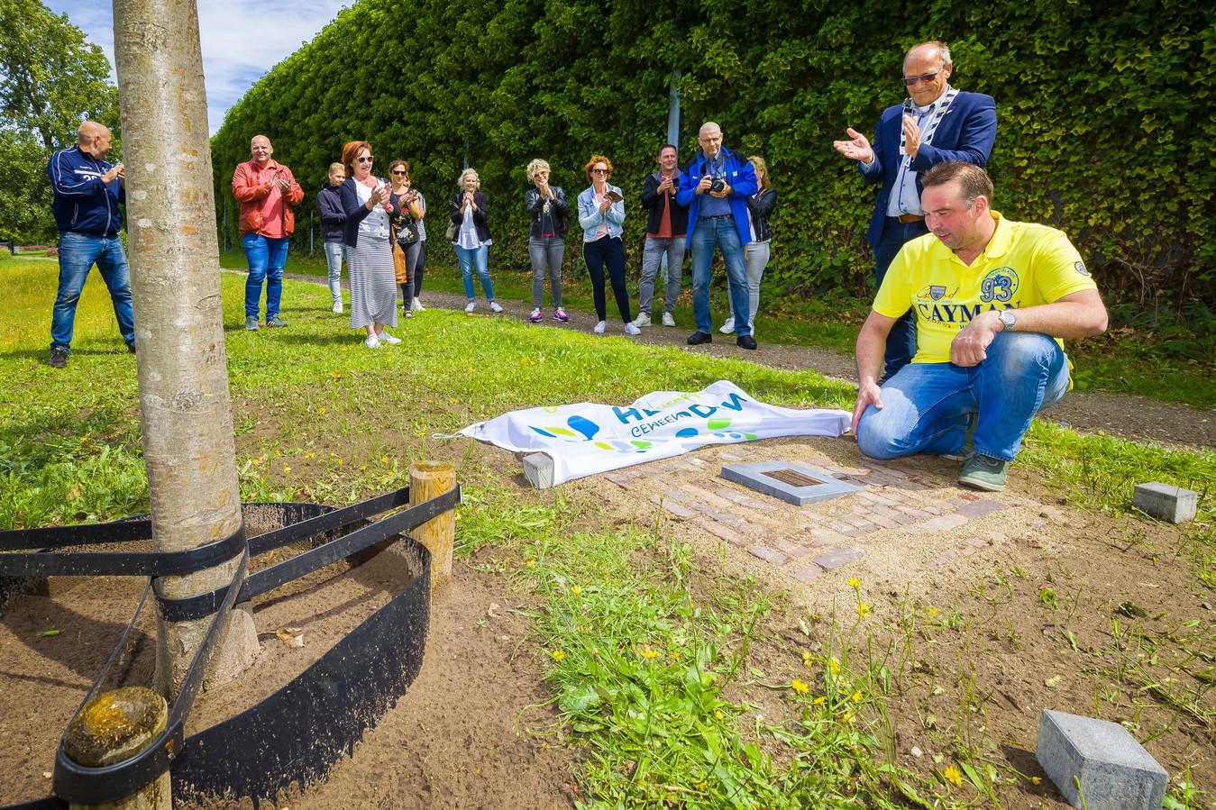 Rowdy van Son uit Vlijmen kreeg een kampioensboom nadat zijn vogeltjes voor de vierde keer op rij Wereldkampioen werden.