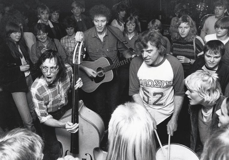 Wim, Arie, Louis Debij en een uitzinnige menigte in dancing De Vriendschap, Wadway, 1982. Beeld Gerard van Bree