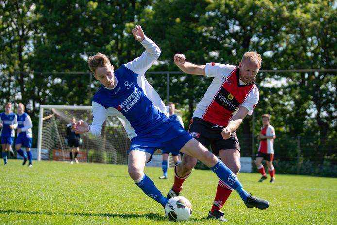 Joep Henselmans probeert een speler van CVVO de bal te ontfutselen.