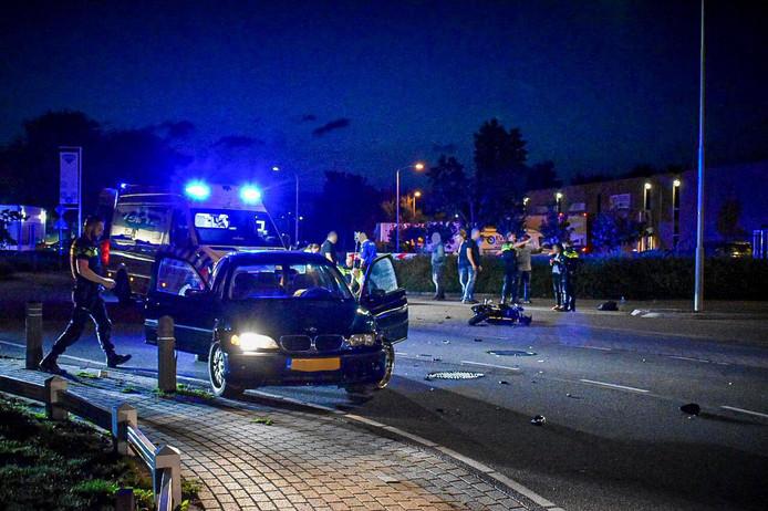 Een motorrijder en personenauto zijn in een bochtje in de Nijverheidstraat in Bemmel tegen elkaar gereden.