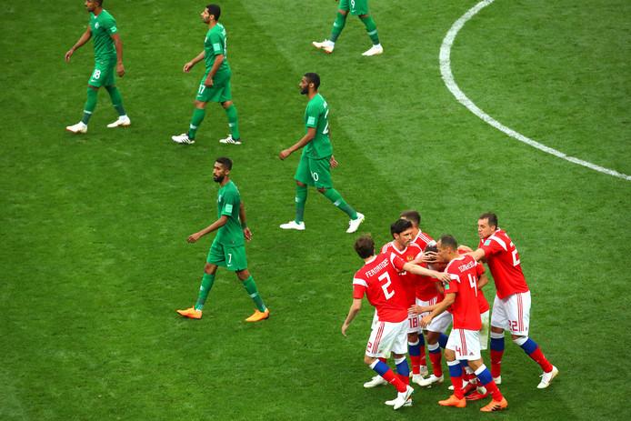 Aleksandr Golovin wordt bejubeld na zijn goal.