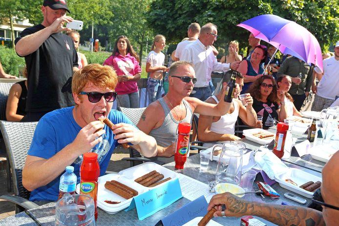 Menno Immink (links) is recordhouder frikandellen eten op Voorne-Putten. Gaat zijn record eraan zondag?