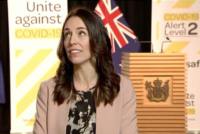 Premier Jacinda Ardern kijkt heel even angstig naar boven of alles zal blijven staan en gaat dan onverstoorbaar verder met het interview.