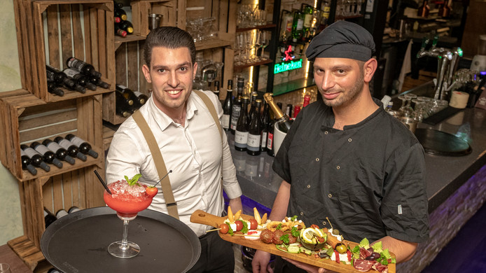 Akkis Ouzounidis (l) en David Grun van restaurant La Oliva in Gouda.