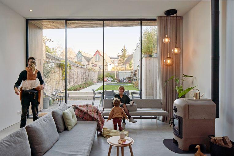 Thomas: 'Bij het vinden van een nieuwe woning was het volume het belangrijkst. De woonkamer is op het hoogste punt 3 meter 40 hoog en bijna 6 meter breed. Daardoor valt er veel licht naar binnen door de ramen.' Beeld fotografie Jordi Huisman, styling Joske Simmelink