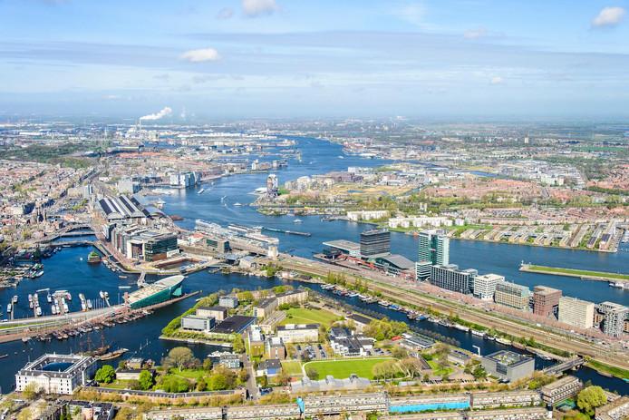 Luchtfoto van het Marineterrein. In het lage gebouw met zwart dak komt straks de Studio van Nemo.