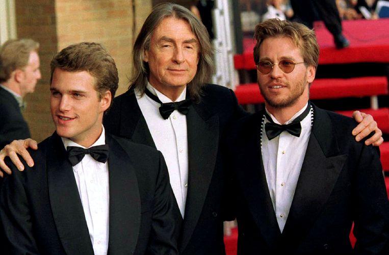 Val Kilmer (R) en Chris O'Donnell (L) met Joel Schumacher bij de première van 'Batman Forever'. Beeld Reuters