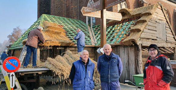 Frans Van Gils, Jan Mertens en Louis Timmermans bouwden de kerstal van Zondereigen opnieuw op. Die brandde op 1 januari af.
