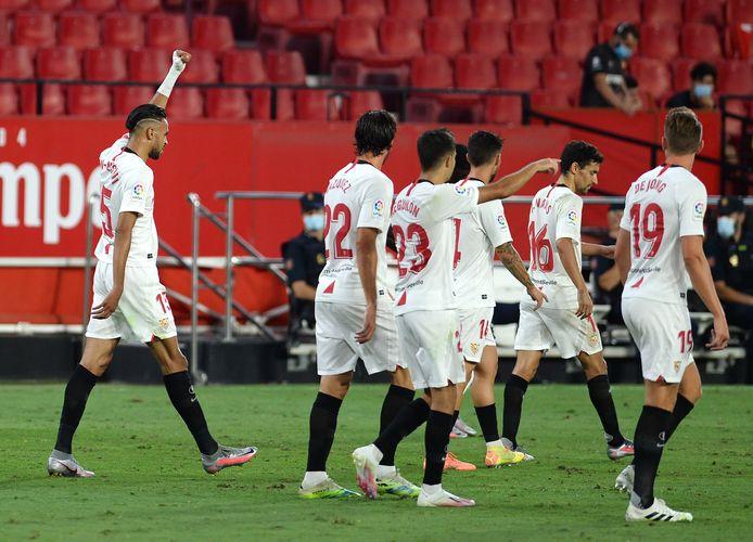 Youssef En-Nesyri (links) viert zijn 2-0 in de 84ste minuut, rechts in beeld invaller Luuk de Jong.