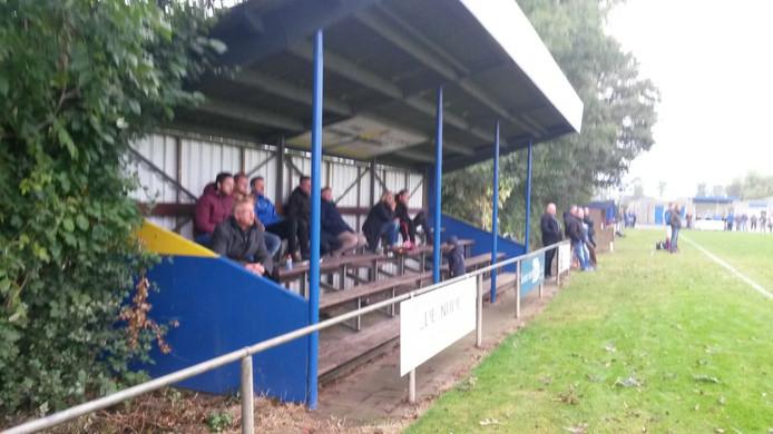 Wodanseck, de ploeg van Frank de Vries op bezoek bij EMM. De ploeg uit Randwijk heeft een kleine tribune waar plaats is zo'n 40 toeschouwers.