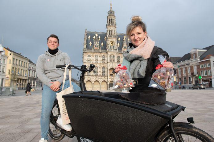 Enriqué Van Cauwenberge en Dagmar Beernaert gaan met de bakfiets op op ronde.