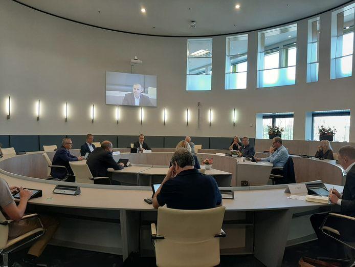 De betrokken partijen vergaderen over Laborijn in de Doetinchemse raadzaal.