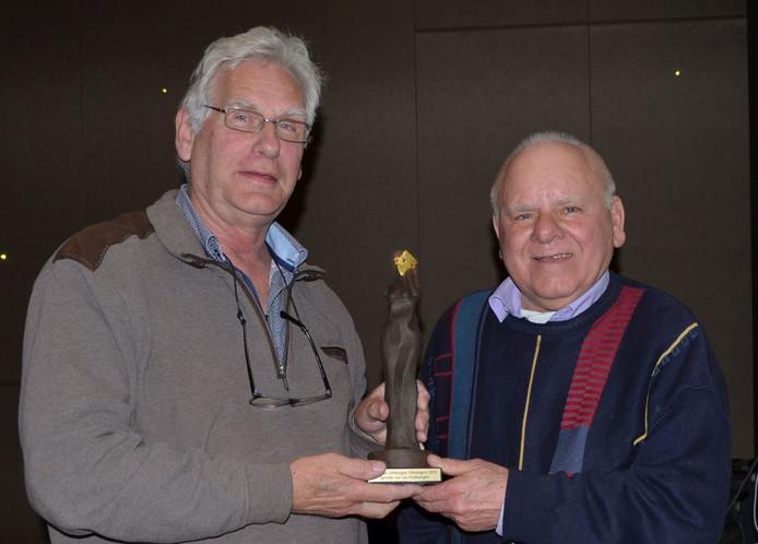 Lou Kruisbergen en zijn rechterhand Mathieu Willems met de filmprijs.