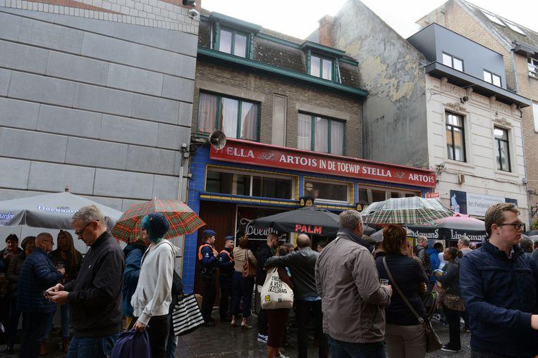De regen hield de vaste klanten niet tegen om afscheid te komen nemen van hun stamcafé.