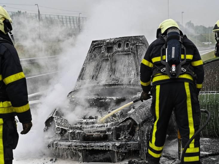 Auto brandt uit bij oprit A16 bij Breda