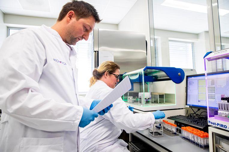 Tussen 08:00 en 22:00 onderzoeken laboranten materiaal van patiënten die verdacht worden van een besmetting met het coronavirus.  Beeld null