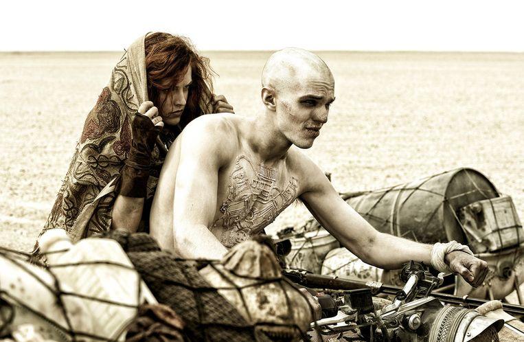 Riley Keough als Capable en Nicholas Hoult als Nux in de film Mad Max:Fury Road. Beeld Warner Bros