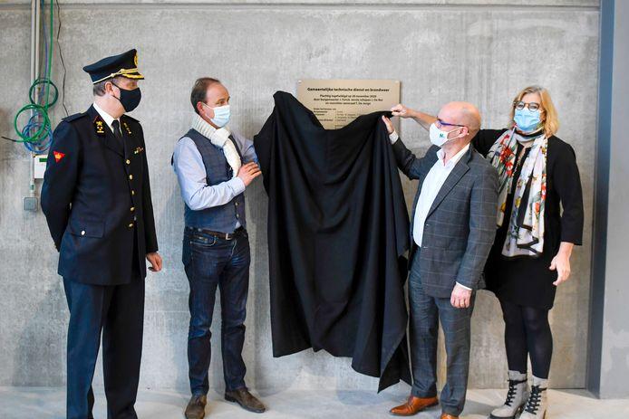 Schepen Jan De Nul, burgemeester Jo Fonck en brandweerzoneraad-voorzitter Tania De Jonge onthullen de inhuldigingsplaat voor de nieuwe site in de Veldstraat in Denderleeuw.