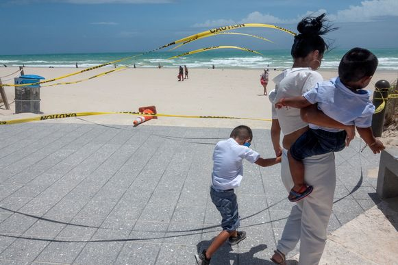 Het strand van Miami Beach werd uit voorzorg gesloten voor het publiek. (01/08/2020)