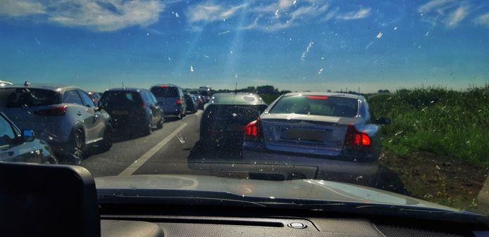 De hulpdiensten op weg naar een ongeval op de snelweg bij Waspik konden er maar moeilijk langs
