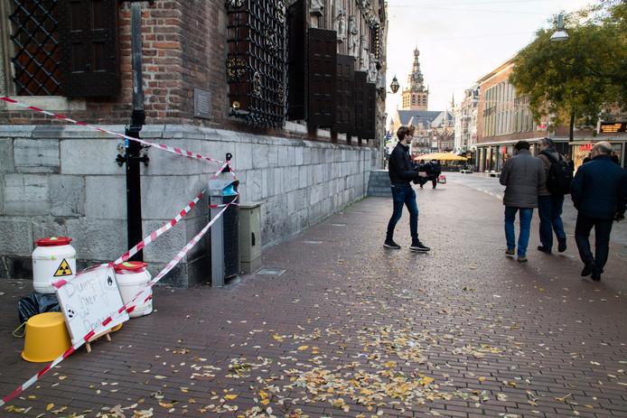 Wimer Heemskerk vraagt voorbijgangers om hun drugsafval.