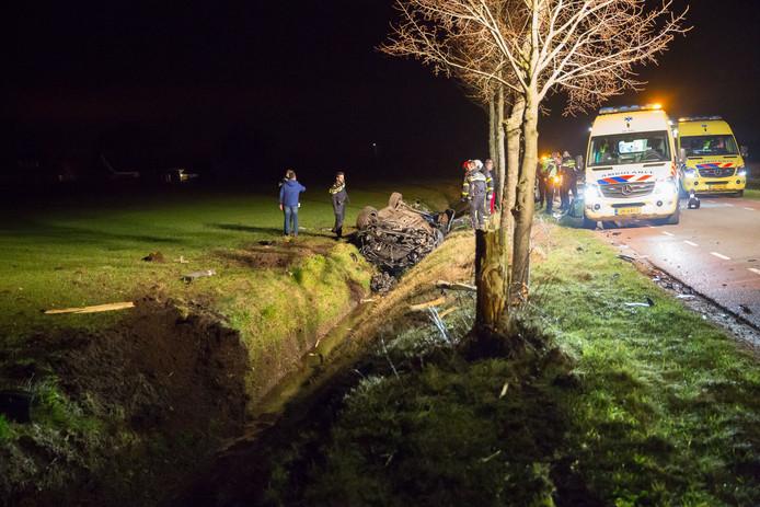 De auto belandde ondersteboven in de sloot langs de Bergsebaan.