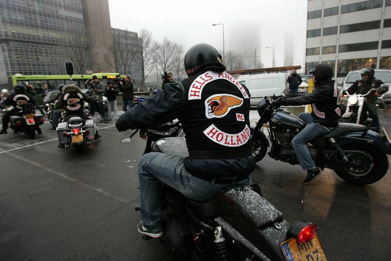Hell's Angels rijden weg na een uitspraak van de Amsterdamse rechtbank, 2007. Beeld null