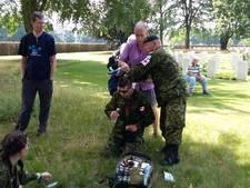 Militairen bevangen door de hitte tijdens kranslegging in Groesbeek