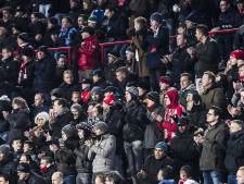 Applaus op tribune en staande ovatie voor overleden PSV-fan Jordy (22) in Philips Stadion
