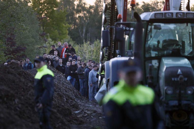 Belangstellende boeren kwamen vorig jaar naar de varkensfokkerij in Boxtel die bezet werd door dierenrechtenactivisten van 'Meat the Victims'. Een aantal boeren blokkeerde met hun tractor de toegangsweg.  Beeld ANP