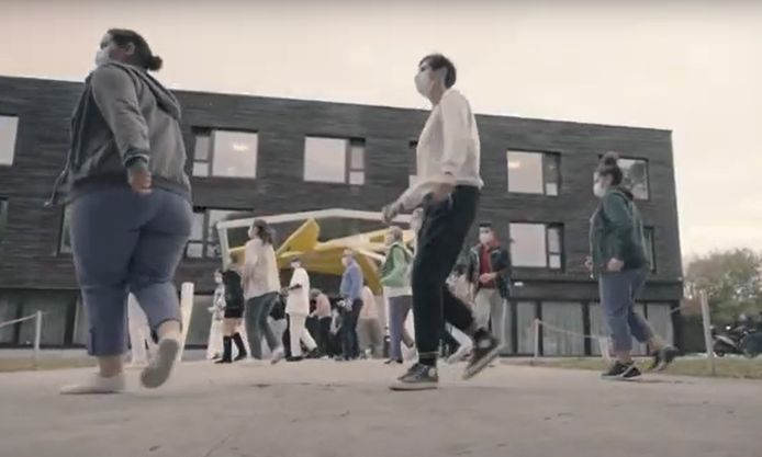 De stadsdiensten van Mortsel dansen de Jerusalema.