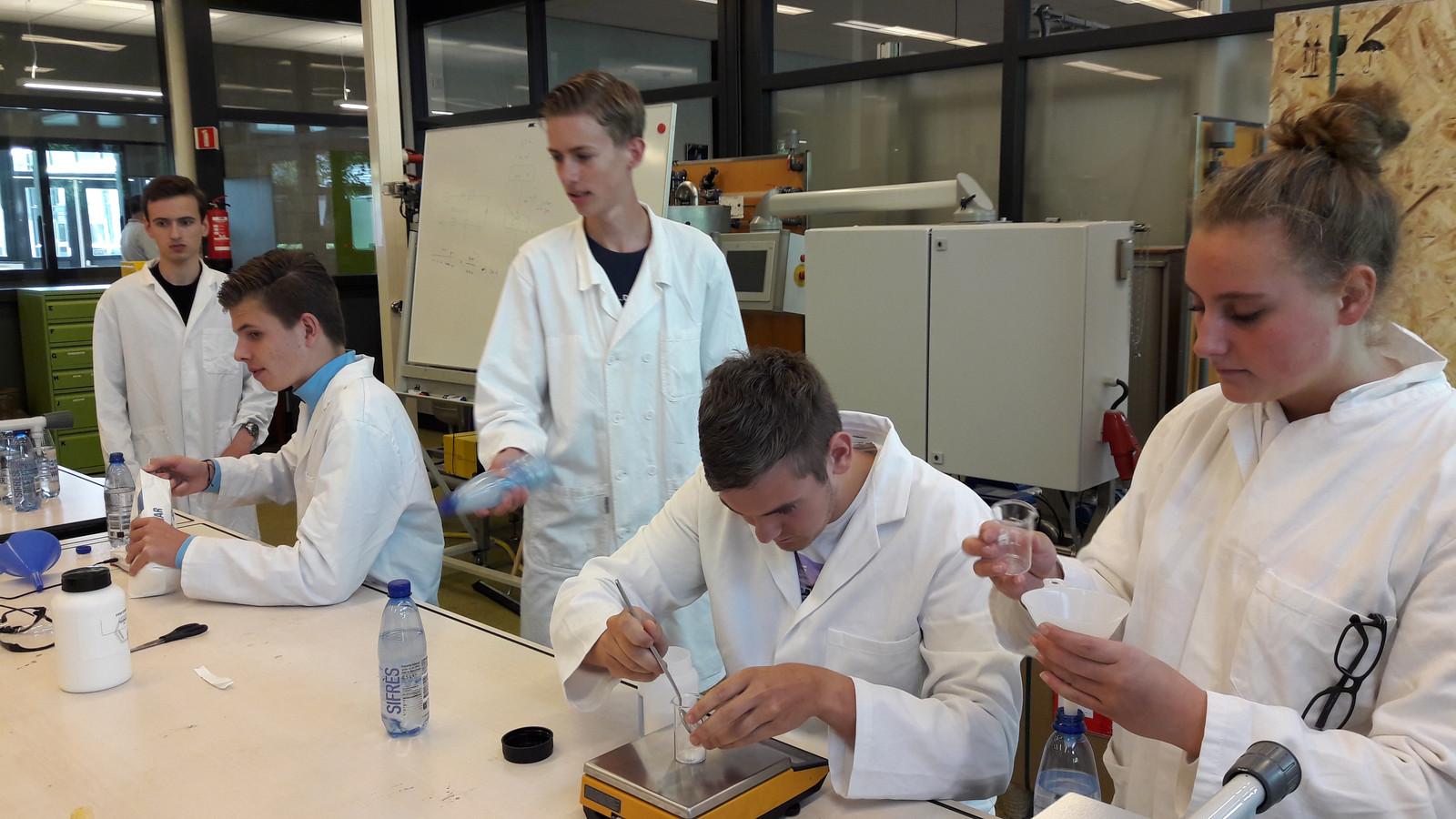 Eerstejaars ROC-studenten van de school voor proces- en milieukunde maken limonade op de basismanier.