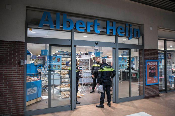 Agenten bij de Albert Heijn aan de Klarendalseweg in Arnhem waar inbrekers sigaretten hebben gestolen.
