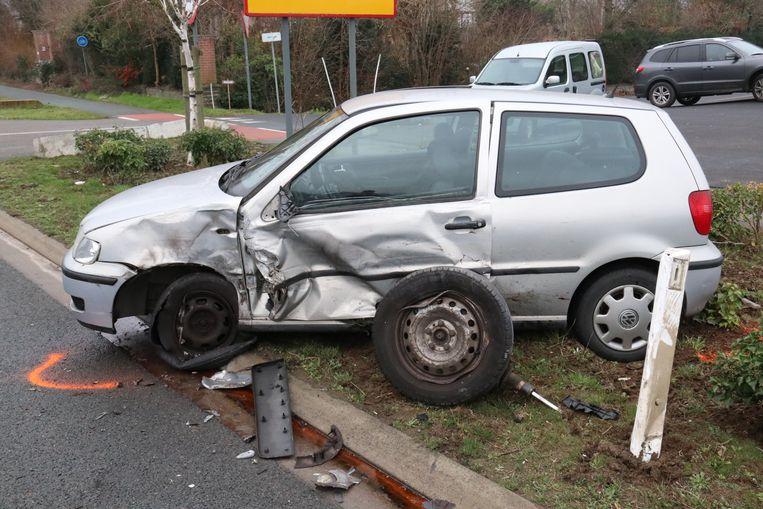 De Volkswagen werd aangereden in de flank vooraan, het wiel van de bestelwagen bleef hangen aan de wagen en kwam in de berm terecht.